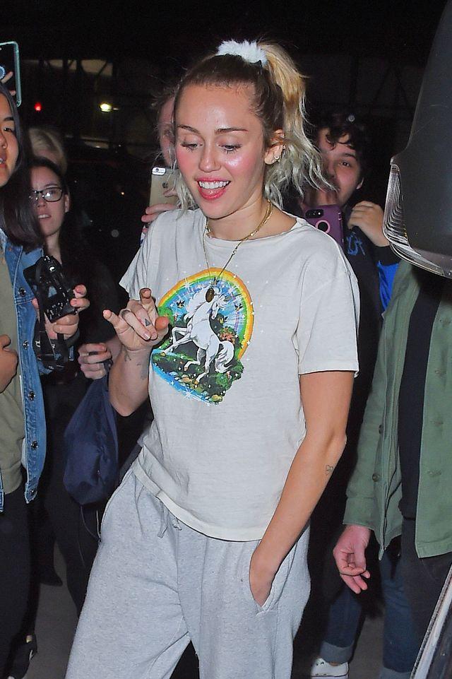 Miley Cyrus wygląda, jakby właśnie przerwała sprzątanie mieszkania... (ZDJĘCIA)