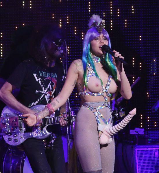OMG! Miley Cyrus przegroczyła granicę obrzydliwości (FOTO)