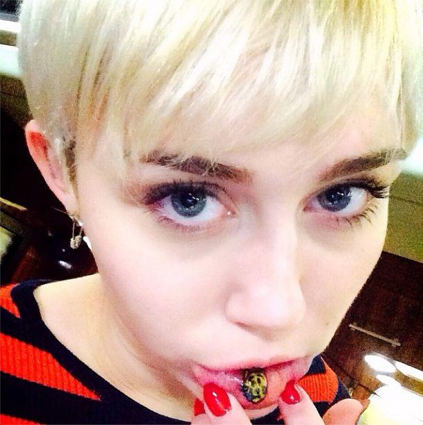 Miley Cyrus zrobi�a sobie tatua� na wardze (FOTO)