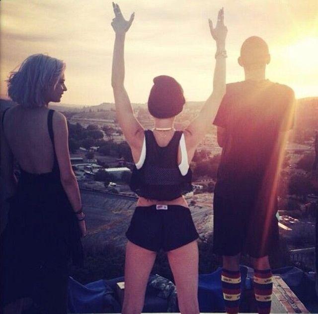Miley Cyrus kusi (FOTO)