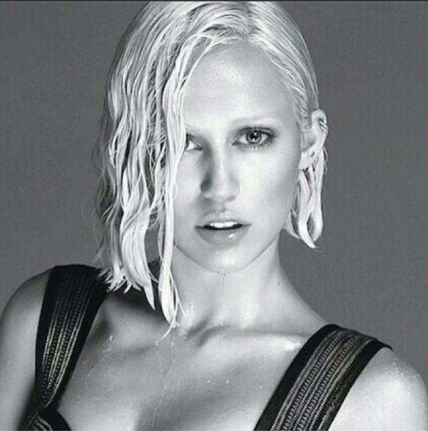 Długowłosa i naga Miley Cyrus dla W Magazine (FOTO)
