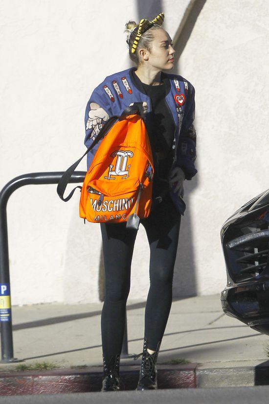 Miley Cyrus ma na sobie najbrzydszą kurtkę świata? (FOTO)