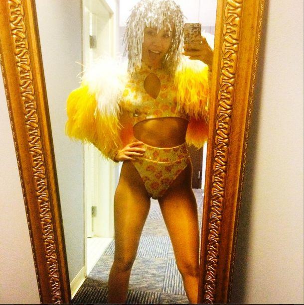 Miley Cyrus NAGO pod prysznicem (FOTO)