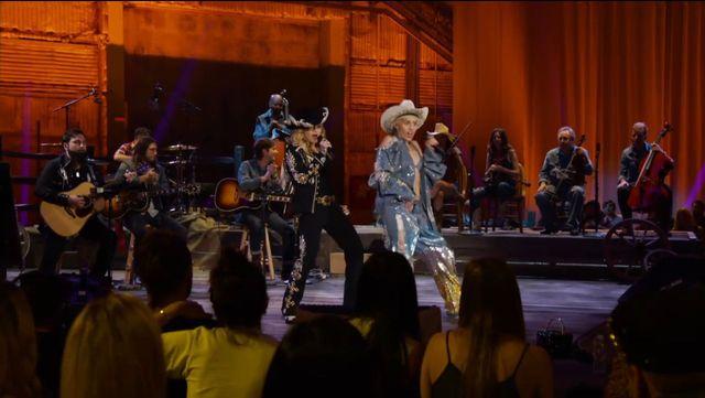 Miley Cyrus wyst�pi�a z Madonn� (VIDEO)
