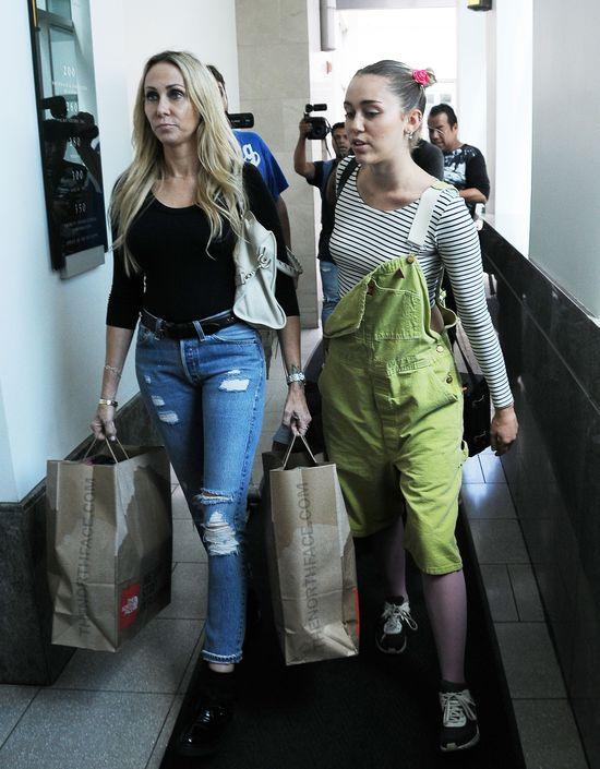 Mama Miley Cyrus wygląda lepiej od córki? (FOTO)