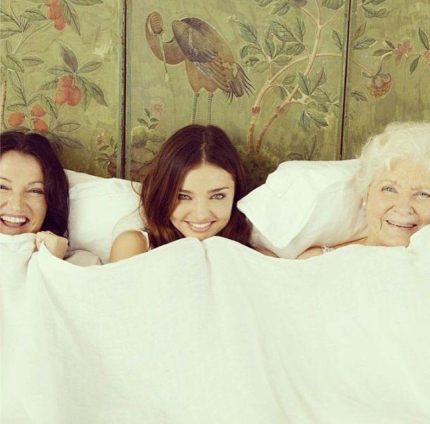 Miranda Kerr z mamą i babcią w łóżku (FOTO)