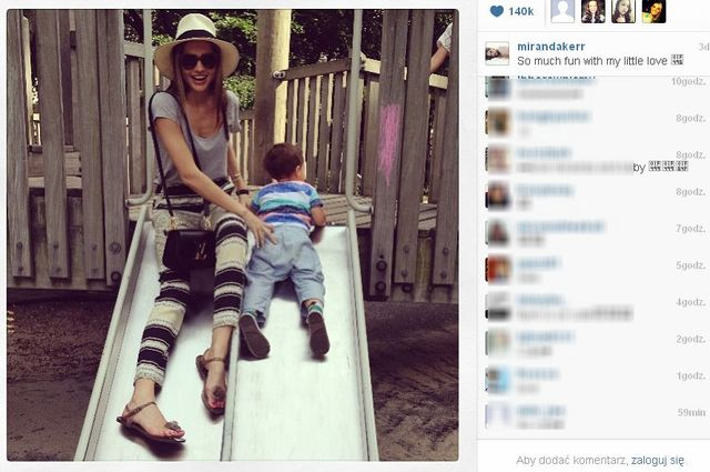 Miranda Kerr bawi się na placu zabaw (FOTO)