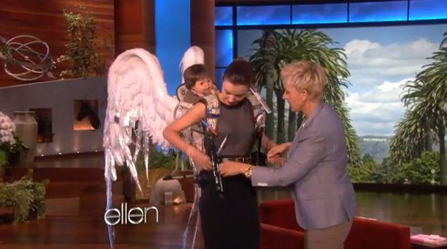 Miranda Kerr dostała nosidełko ze skrzydładmi (VIDEO)