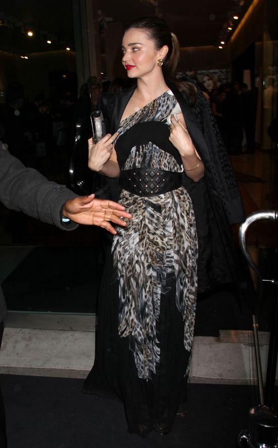 Miranda Kerr uwodzi na imperezie Roberto Cavallego (FOTO)