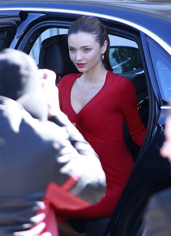 Miranda Kerr nauczy Was, jak ślicznie wysiadać z samochodu