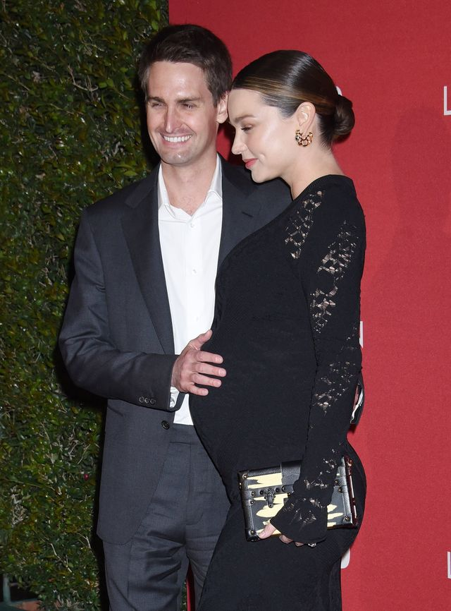 Dumny mąż Mirandy Kerr trzyma ją za brzuch na ściance (ZDJĘCIA)