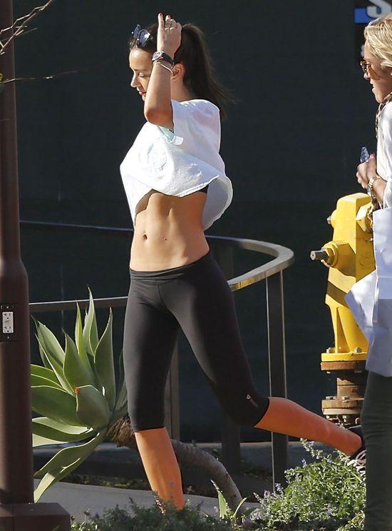 Miranda Kerr lubi retuszować fotki. Musi? (FOTO)
