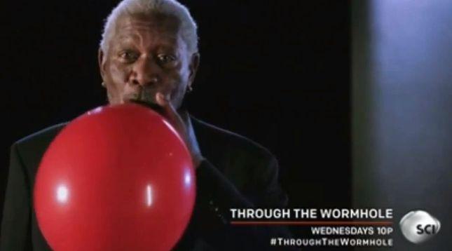 Morgan Freeman piszczy po helu;) [VIDEO]