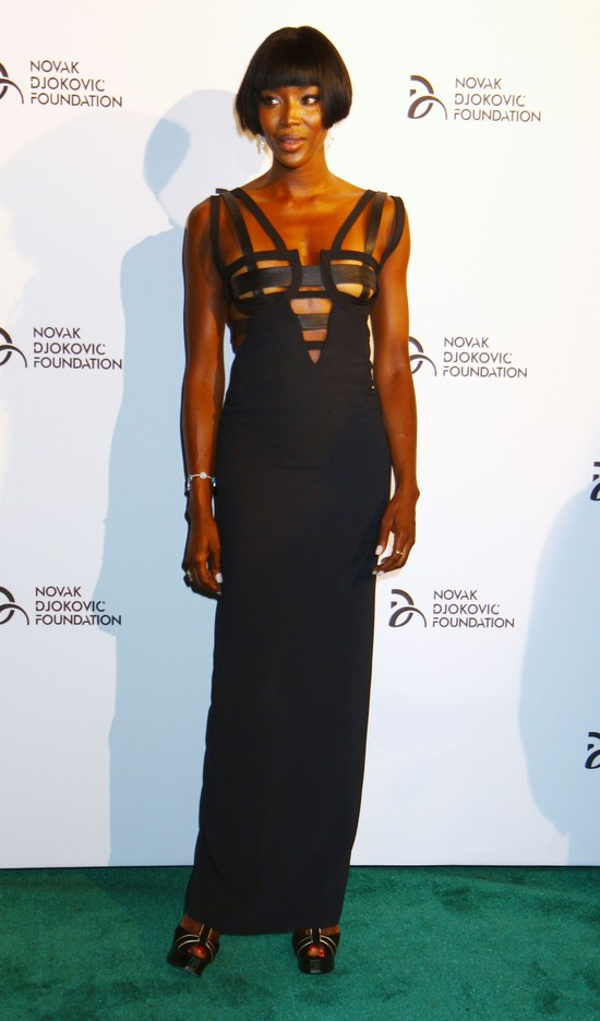 Dekolt Naomi Campbell zdominował imprezę (FOTO)