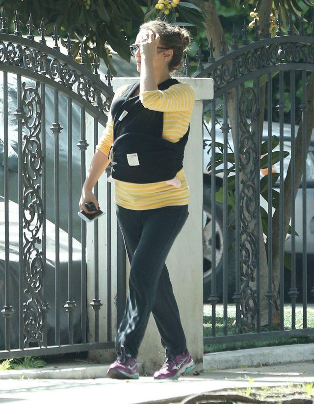 Miesiąc po porodzie Natalie Portman zabrała córeczkę na spacer w nosidle ZDJĘCIA
