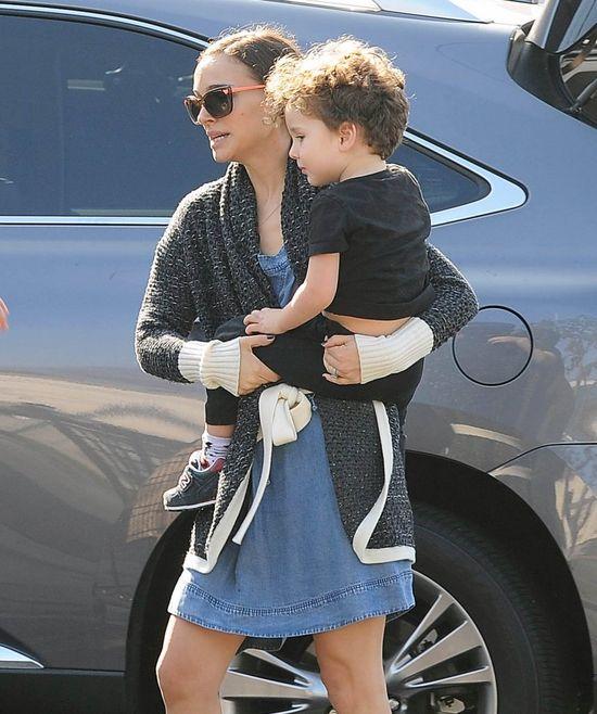Synek Natalie Portman ro�nie jak na dro�d�ach (FOTO)