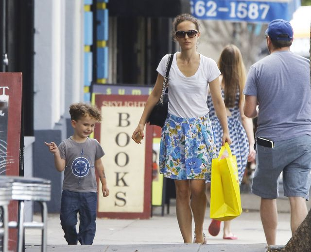 Natalie Portman przy�apana na zakupach bez stanika (FOTO)