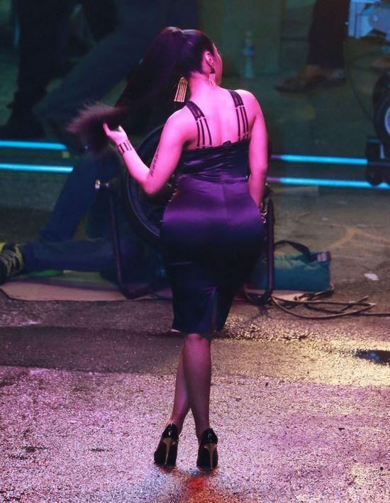 Piersi omal nie wyskoczyły jej z sukienki (FOTO)