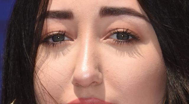 Fotki robione w świetle dnia pokazują, co Noah Cyrus zrobiła ze swą twarzą