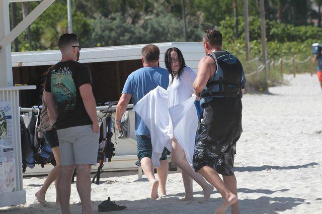 Noah Cyrus BEZ MAKIJAŻU, ale za to z przystojniakiem na plaży (ZDJECIA)