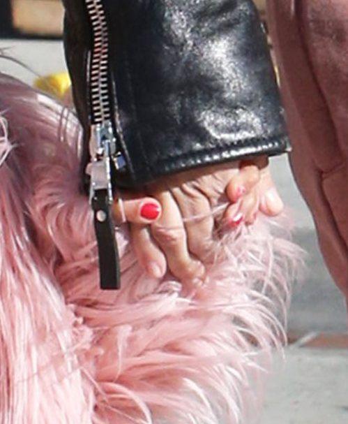 Nori jak mama - czerwone paznokcie i naszyjnik jak u Kim