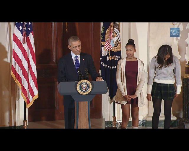 Znudzone i źle ubrane Obamówny podczas ułaskawiania indyka