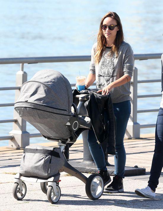 Szczuplutka Olivia Wilde na spacerze z synkiem (FOTO)