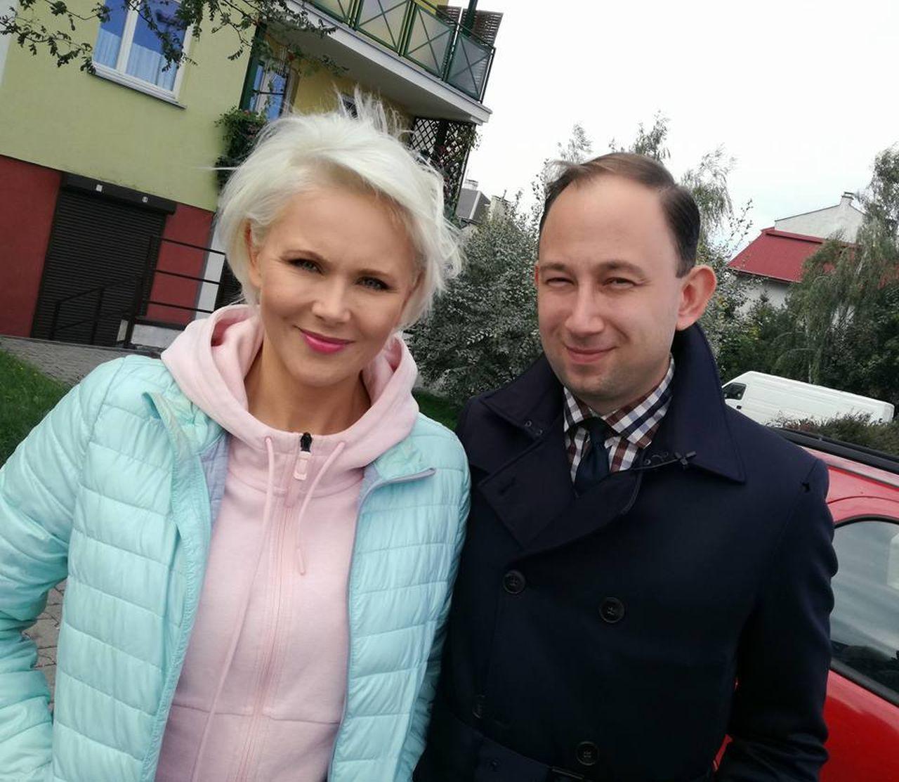 Gwiazdy pomagają: Jarosław Milner z Anną Samusionek z paczką z sercem u Patryka
