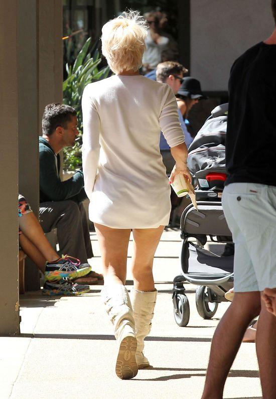 Ups! Zapomniała spodni i świeciła bielizną (FOTO)
