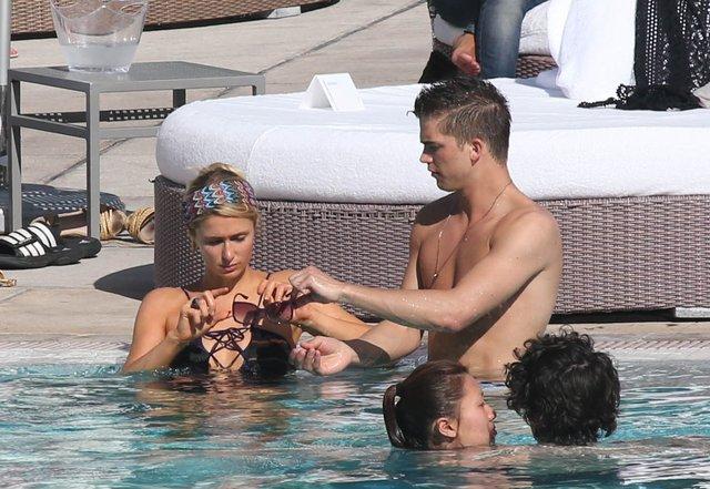 Paris Hilton - czułości z chłopakiem na basenie (FOTO)