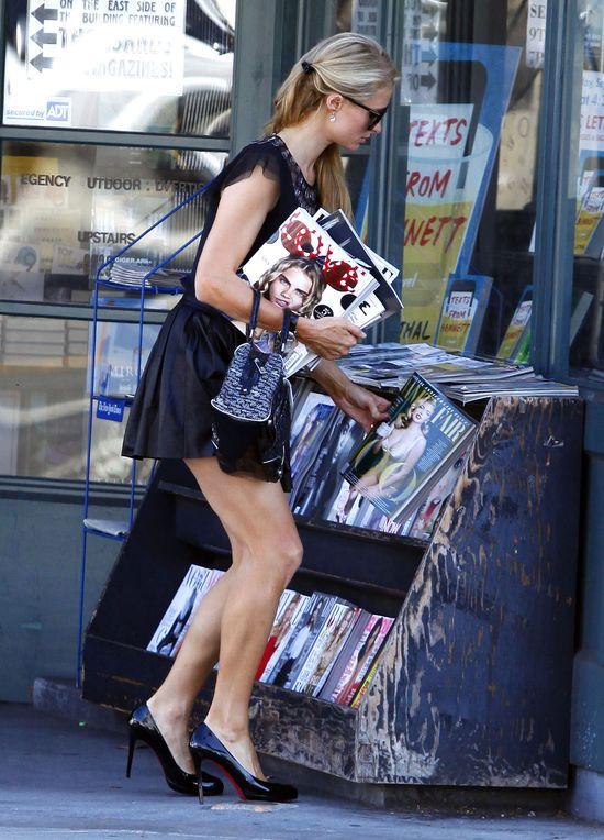 Czyta gazety i pokazuje pupę - kto to? (FOTO)