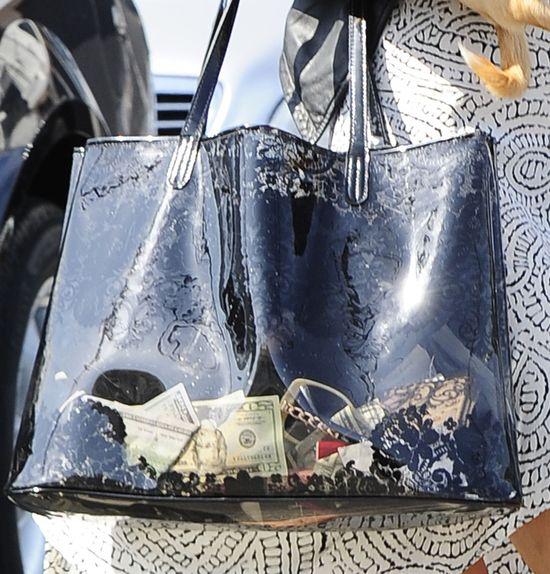 Tymczasem w torebce milionerki... (FOTO)