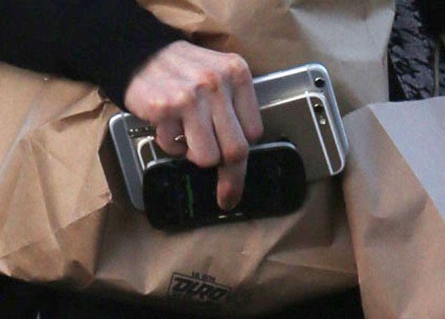 Dla niej dwa telefony to za mało (FOTO)