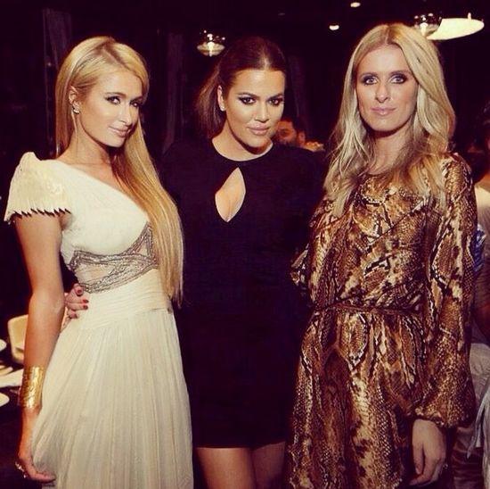 Khloe Kardashian bawi się z siostrami Hilton (FOTO)