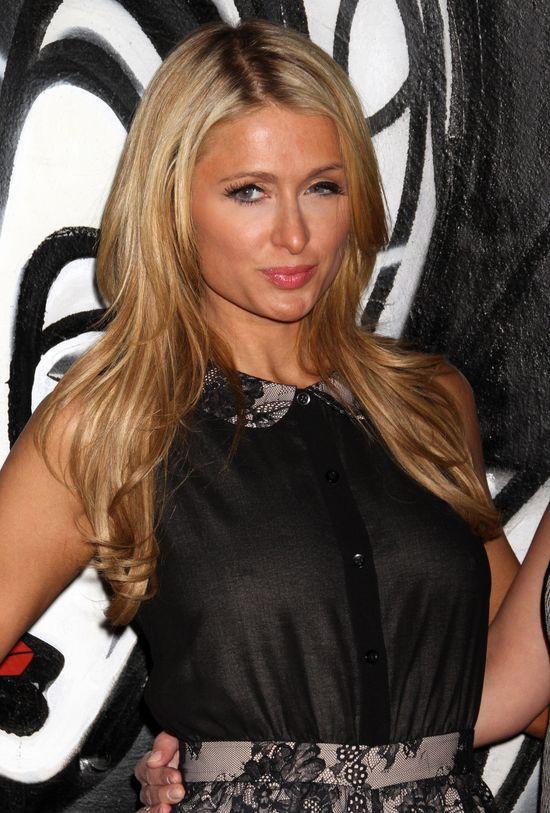 Paris Hilton świeci sutkami na salonach (FOTO)