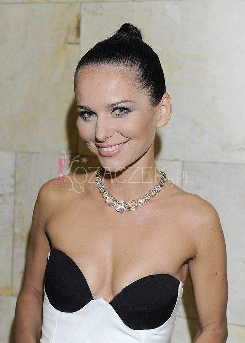 Paulina Sykut b�ysn�a naszyjnikiem i... dekoltem (FOTO)