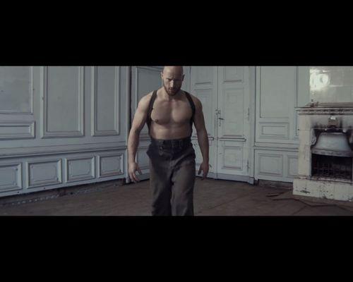 Monika Pietrasińska w mrocznym, ekscentrycznym klipie [VIDEO