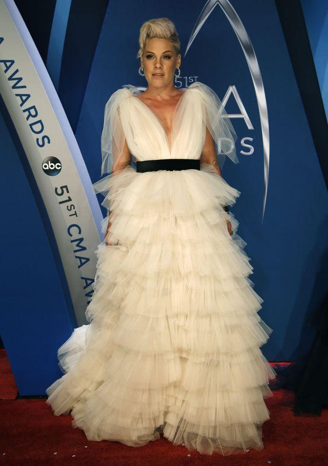 Pink w TAKIEJ sukni? Na gali CMA Awards wyglądała pięknie (ZDJĘCIA)