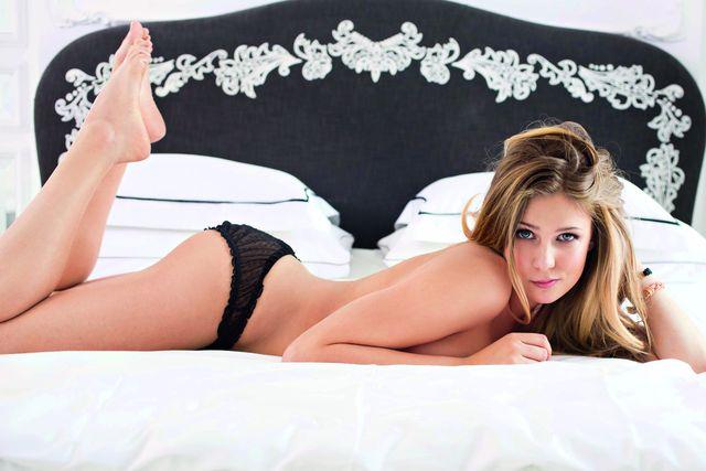 Marta Wierzbicka w majtkach od bikini na plaży (FOTO)