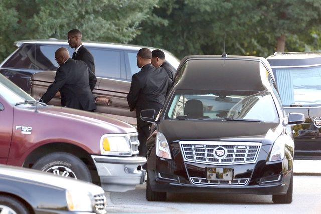 �piewy i ta�ce po pogrzebie Bobbi Kristiny Brown (VIDEO)