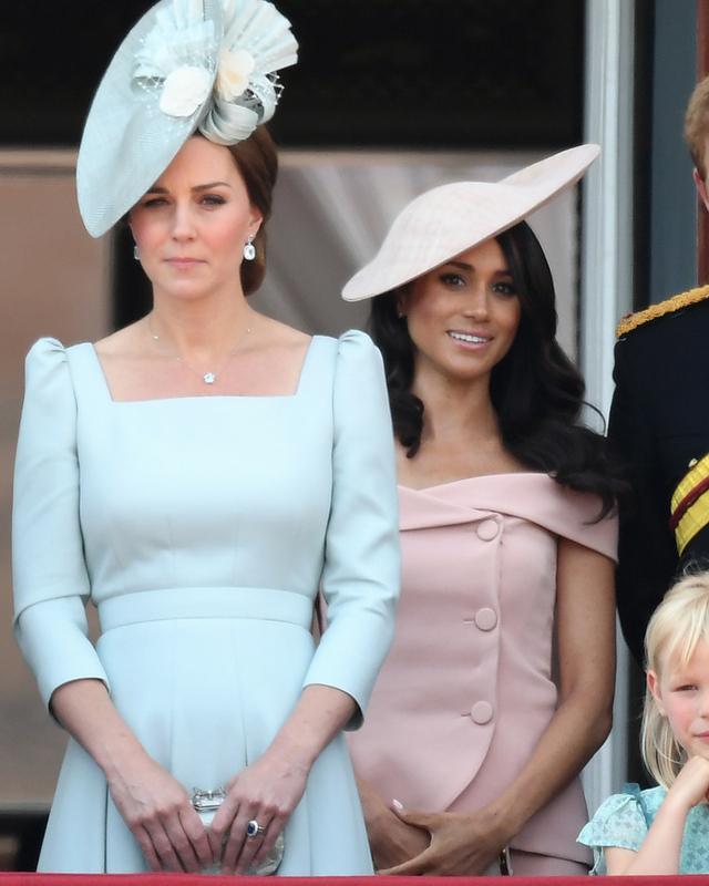 Specjaliści od mowy ciała tłumaczą DLACZEGO Meghan stanęła za księżną Kate