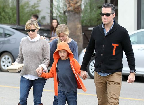 Reese Witherspoon z rodziną, czyli jak przekraczać jezdnię