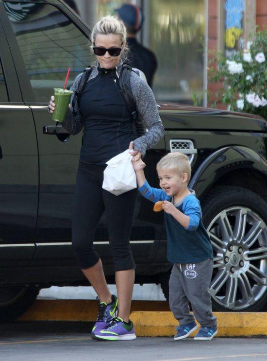 Mama popija zdrowy koktajl, synek zajada pączka (FOTO)