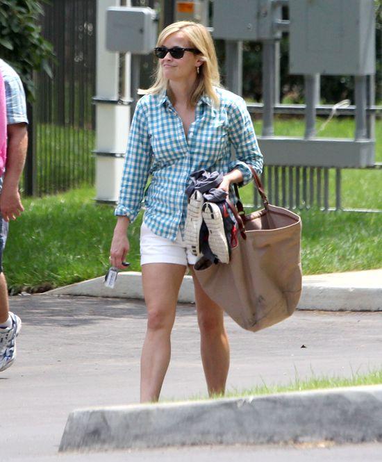 Reese Witherspoon wypoczywa na basenie