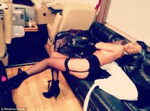 Rihanna rozbiera się w garderobie (FOTO)