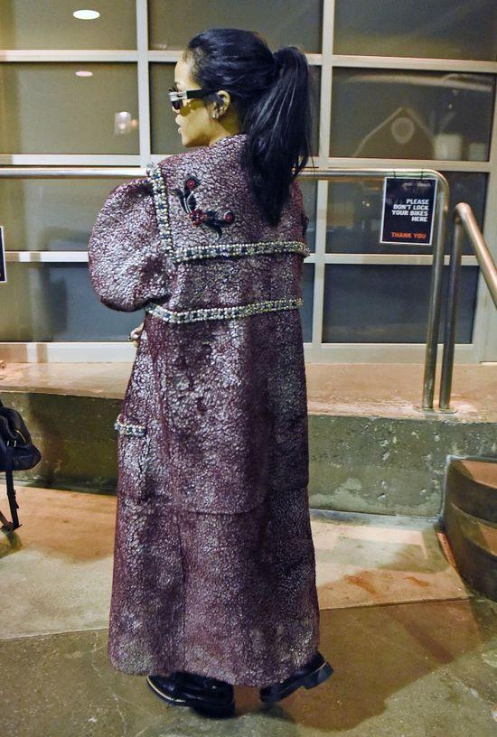 Rihanna w płaszczu jak dla króla (FOTO)