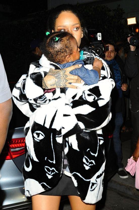 Rihanna niczym troskliwa mama (FOTO)