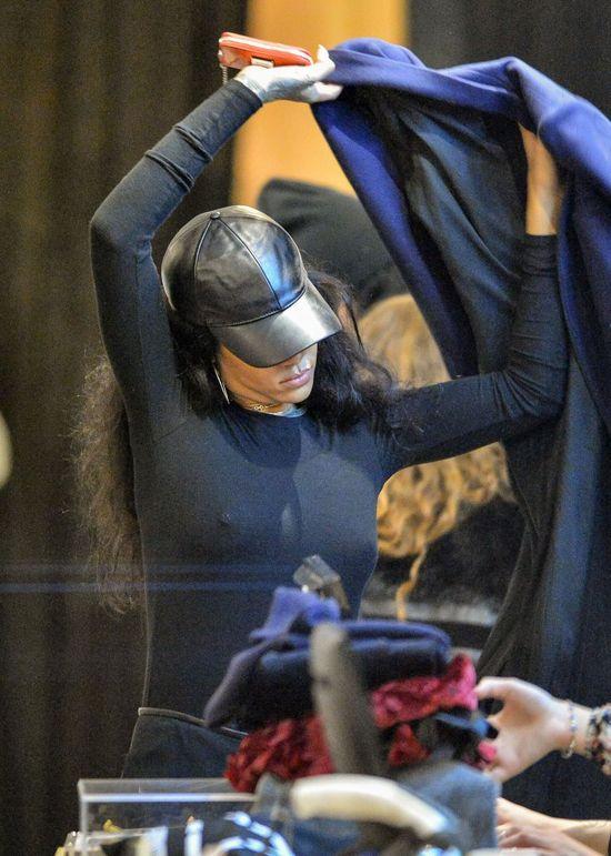 Wyraźnie ucieszona Rihanna na zakupach (FOTO)