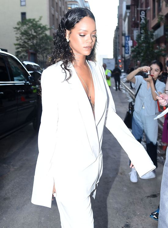 Rihanna po raz kolejny zaskakuje strojem (FOTO)