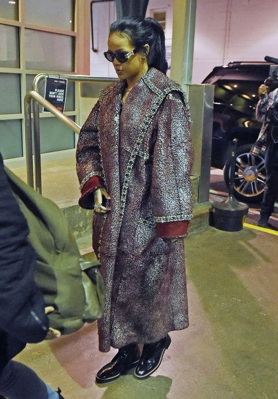 Rihanna w p�aszczu jak dla kr�la (FOTO)